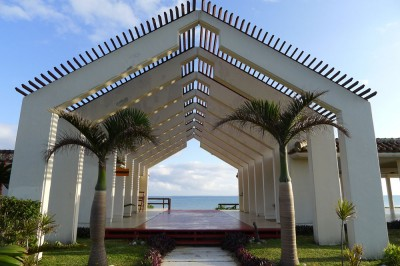 ビーチ入口のアーチ